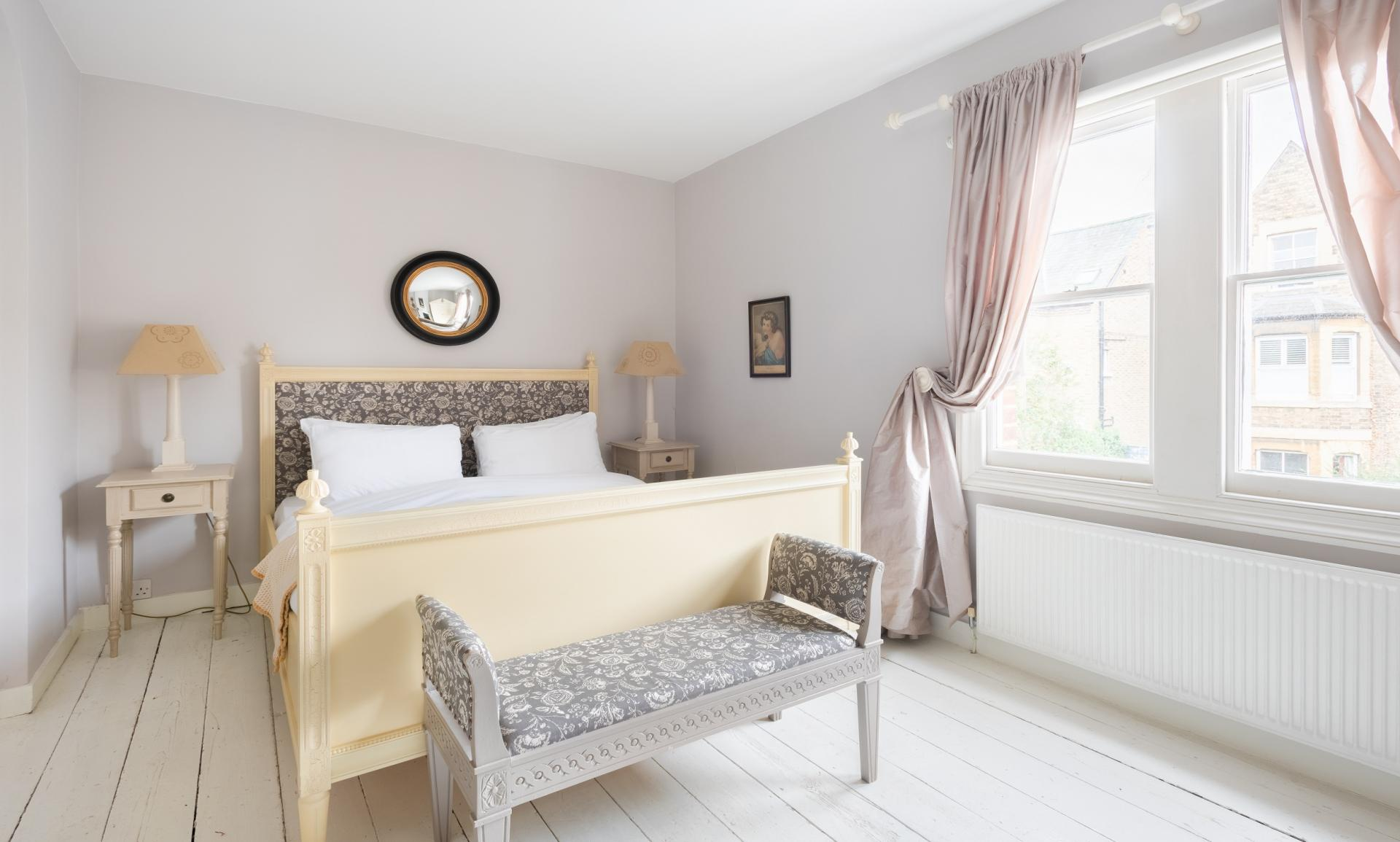 Comfy bed at The Writer's Townhouse, Centre, Oxford - Citybase Apartments