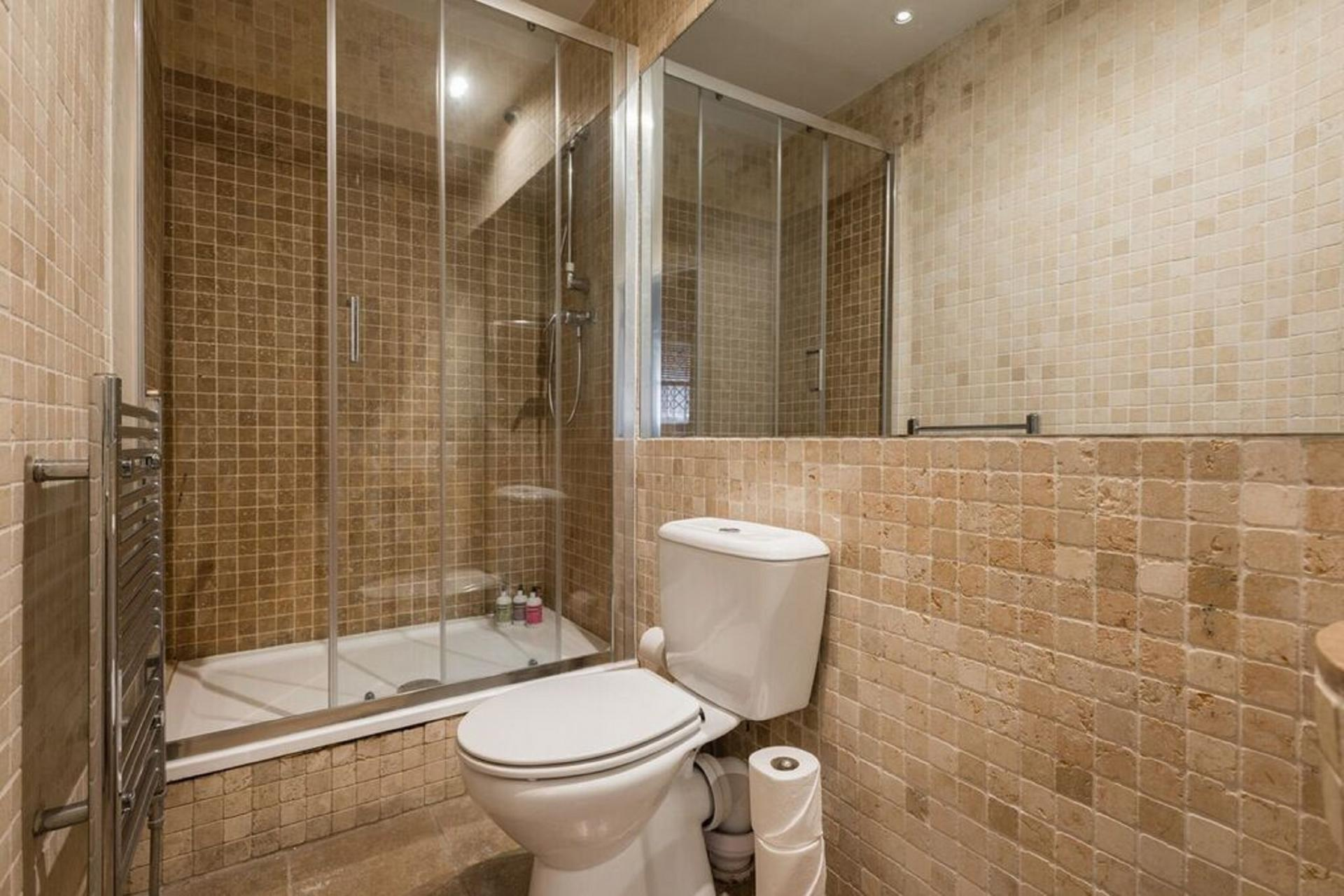Bathroom at The Bayswater Gardens House, Bayswater, London - Citybase Apartments