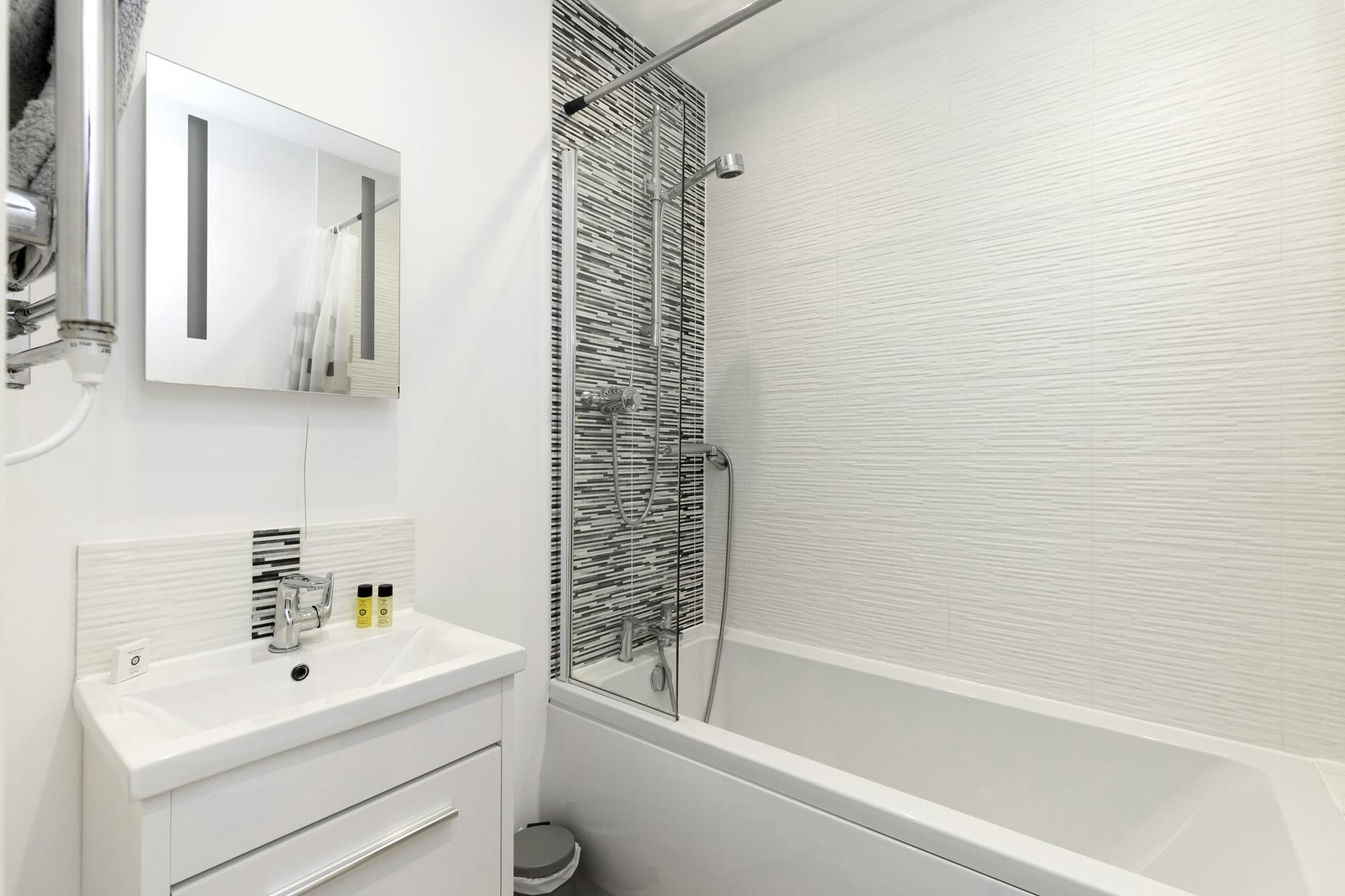 Bath at Apartment 3 Murray House - Citybase Apartments