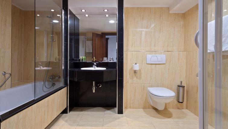 Spacious bathroom at Melia White House Apartments - Citybase Apartments