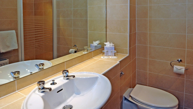 Compact bathroom in Grove Apartments - Citybase Apartments