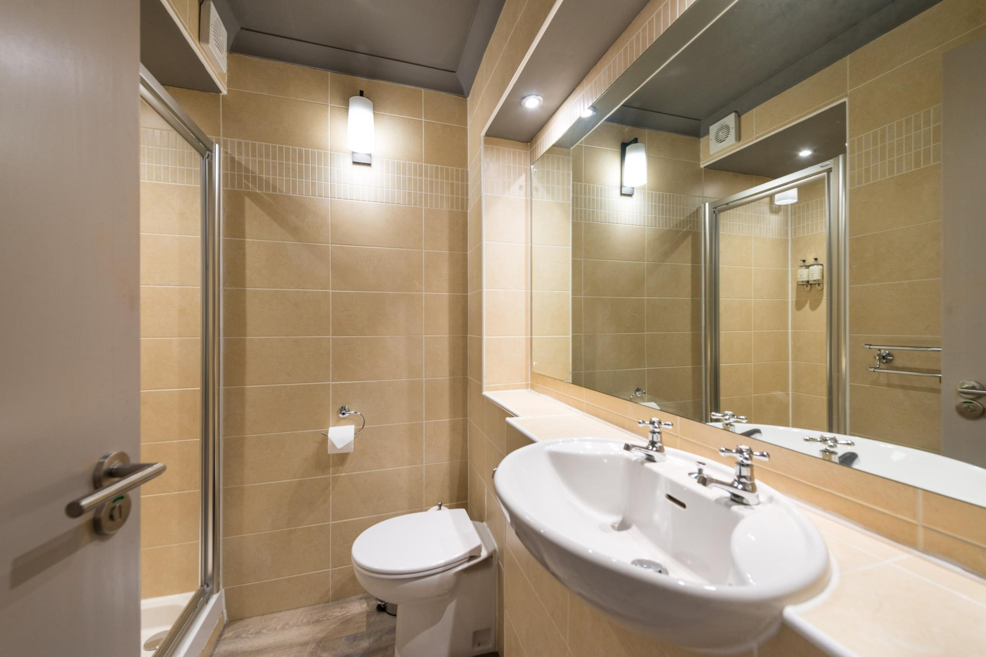 Modern bathroom in Grove Apartments - Citybase Apartments