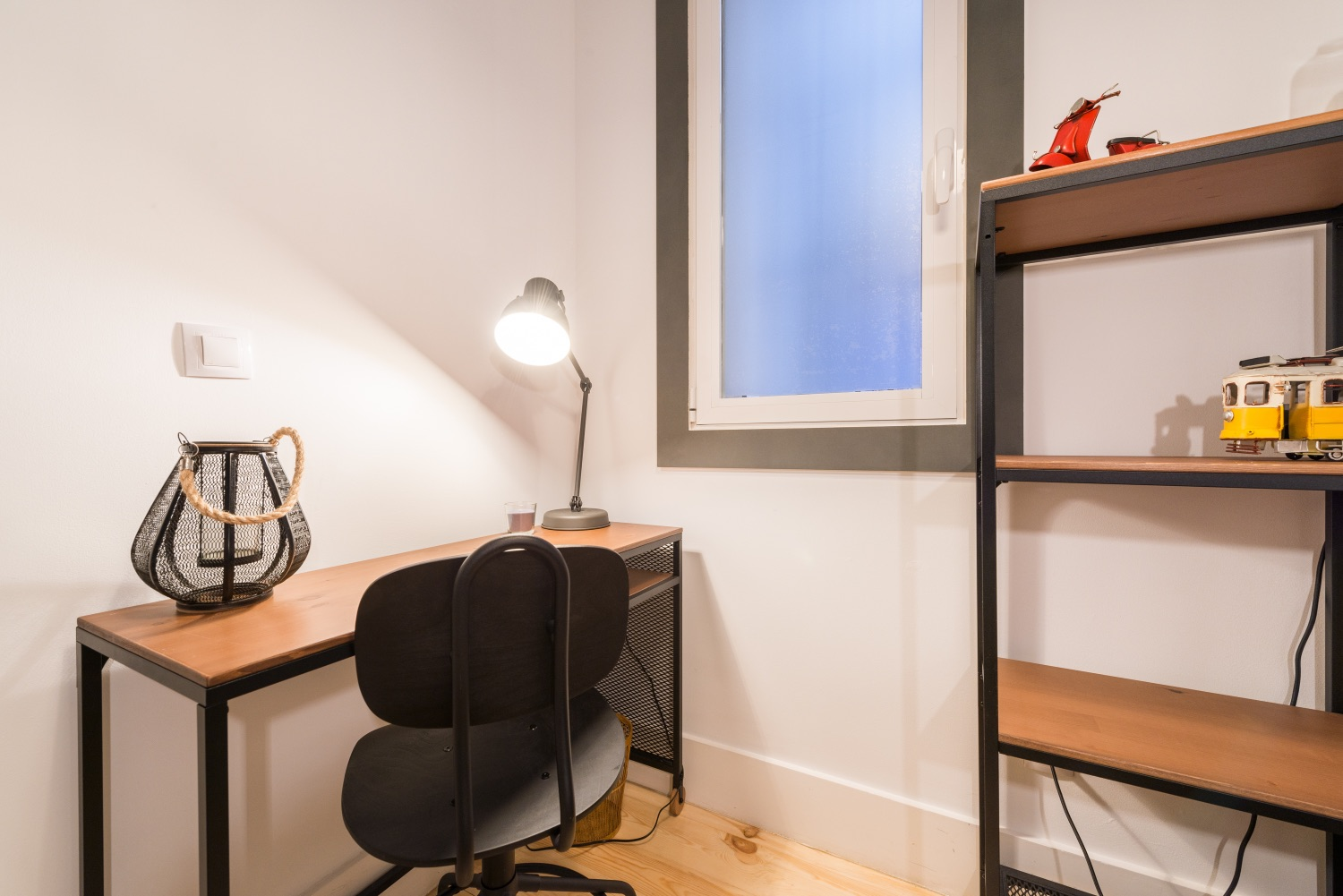 Work desk at Atocha Nest Apartment - Citybase Apartments