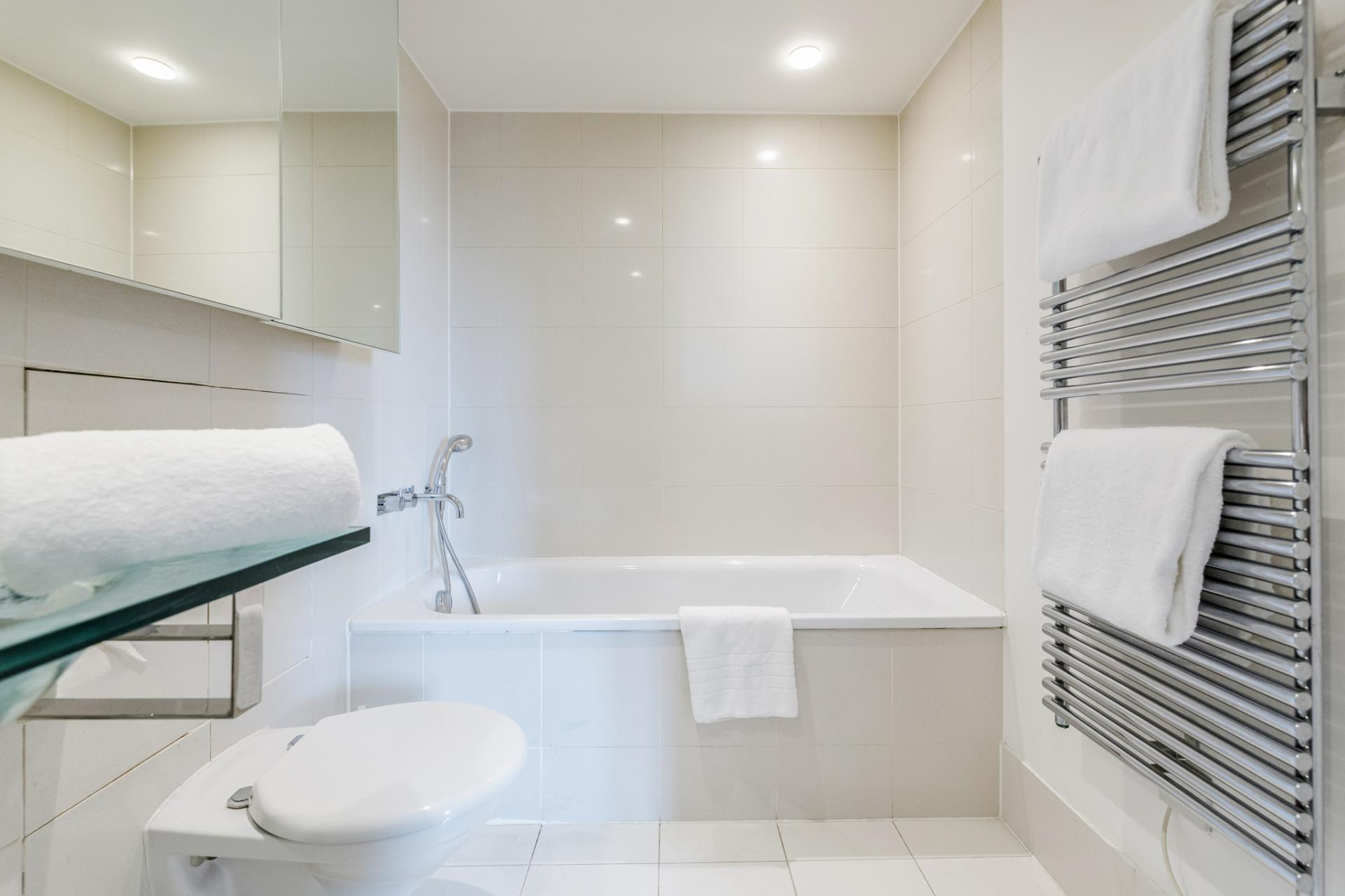 Bath at Point West Cromwell Apartments - Citybase Apartments