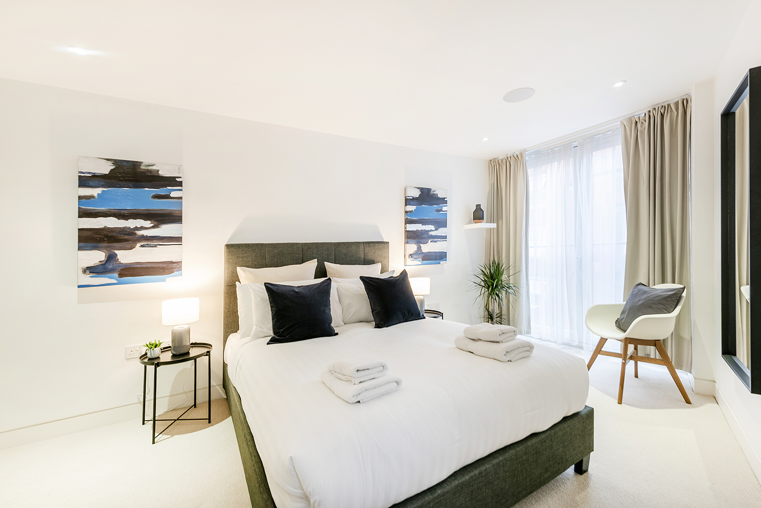 Queen size bed at Bedford Court Apartment - Citybase Apartments
