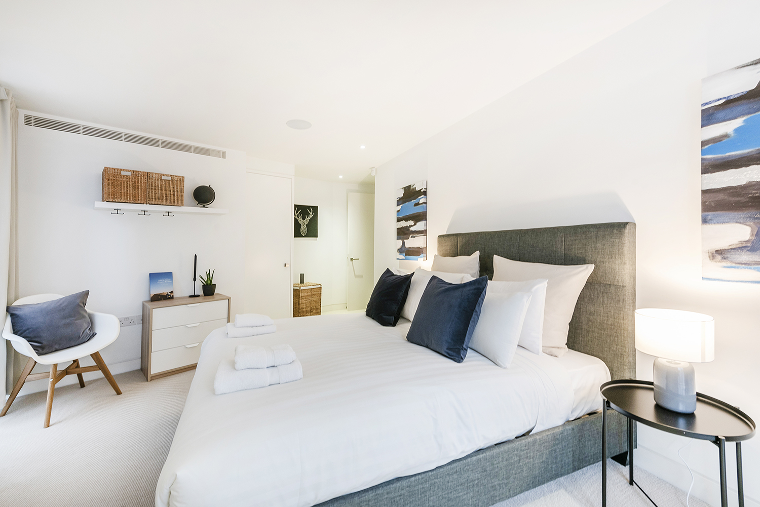 Queen bed at Bedford Court Apartment - Citybase Apartments