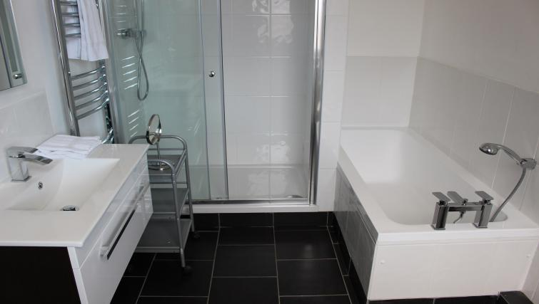 Shower & bath at William's Sheffield City Centre Apartments - Citybase Apartments