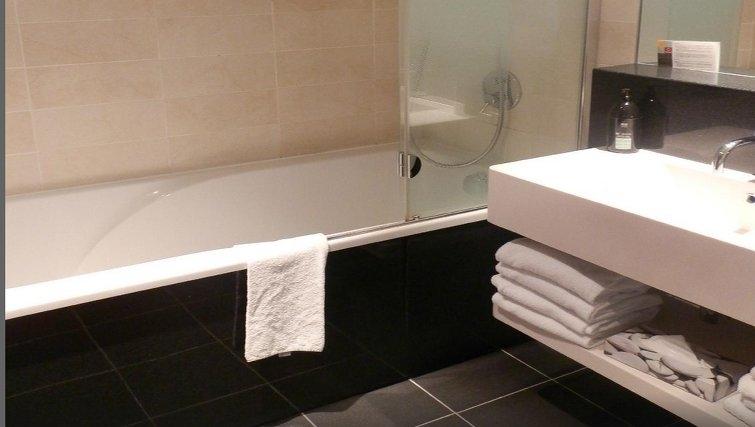 Modern bathroom in Adagio Paris Centre Tour Eiffel - Citybase Apartments