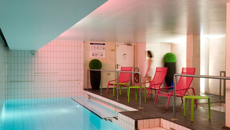 Stylish pool in Adagio Paris Centre Tour Eiffel - Citybase Apartments