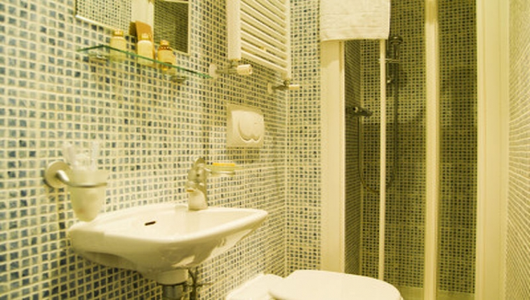 Stylish bathroom in Cartwright Gardens - Citybase Apartments