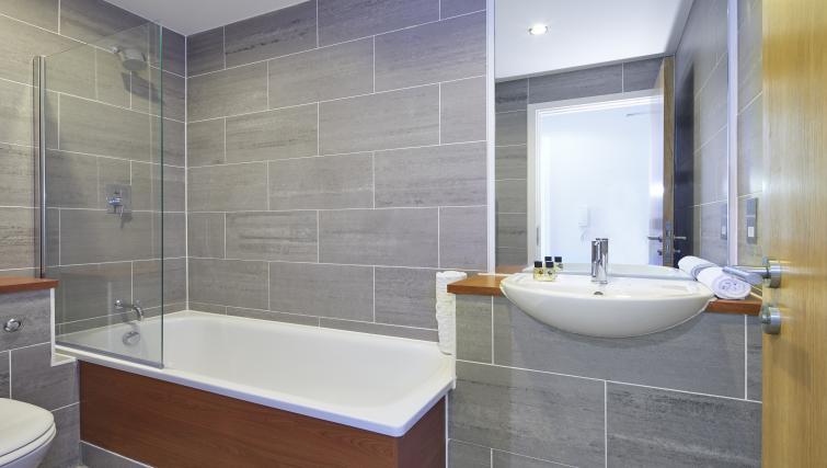 Bathroom at the Aparthotel Farnborough - Citybase Apartments