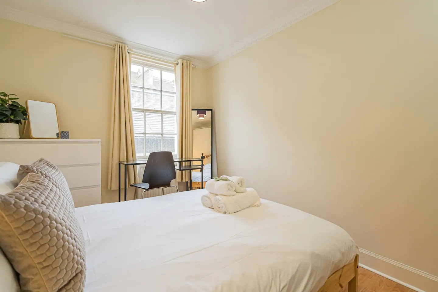 Double bed at Grassmarket Apartment - Citybase Apartments