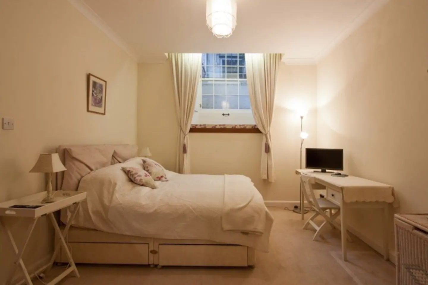 Double bed at Abercromby Place - Citybase Apartments
