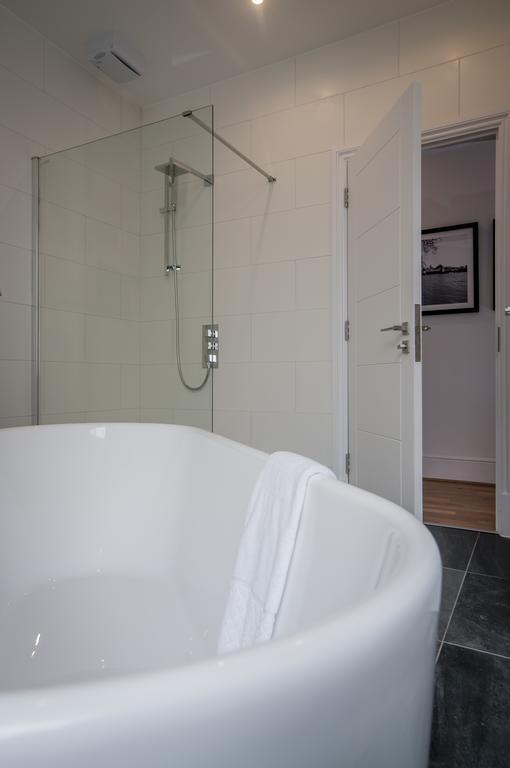 Bath at Garrick Mansions Apartments - Citybase Apartments