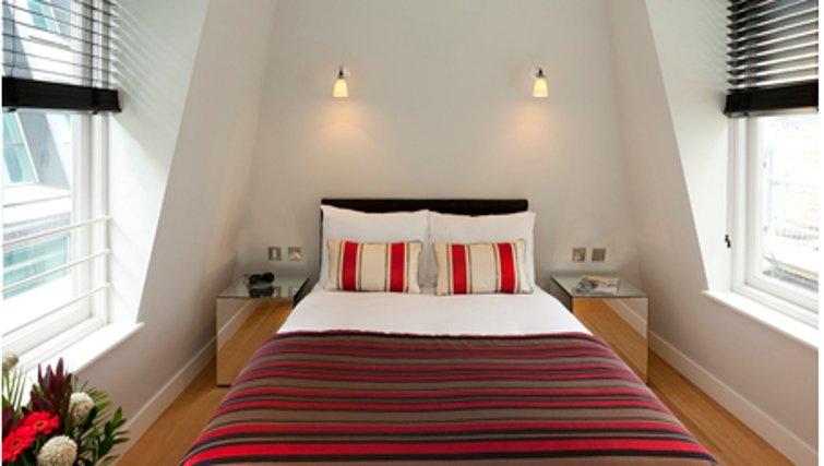 Bright bedroom in SACO Fleet Street - Crane Court - Citybase Apartments