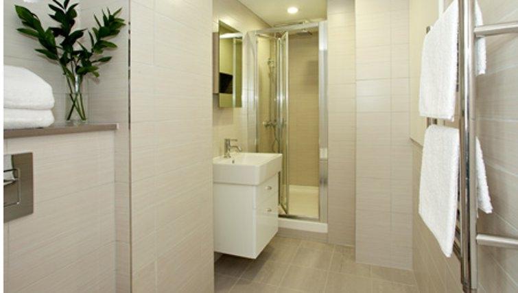 Contemporary bathroom in SACO Fleet Street - Crane Court - Citybase Apartments