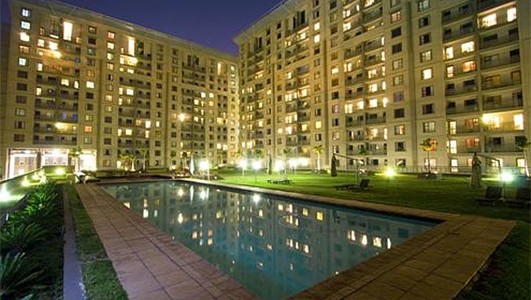 Large pool at Westpoint Executive Suites - Citybase Apartments