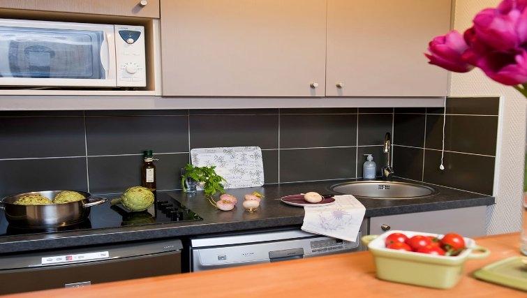 Compact kitchen in Adagio La Defense Kleber - Citybase Apartments
