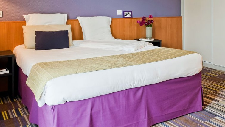 Comfortable bedroom in Adagio La Defense Kleber - Citybase Apartments