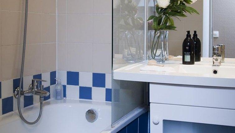 Simple bathroom in Adagio La Defense Kleber - Citybase Apartments