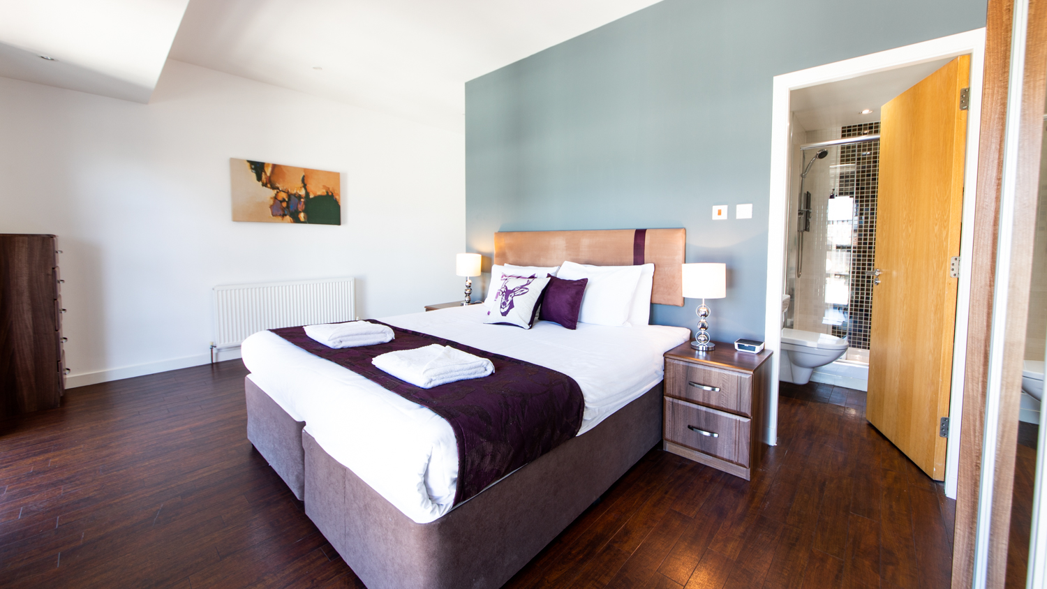 En-suite bedroom at The Spires Glasgow - Citybase Apartments