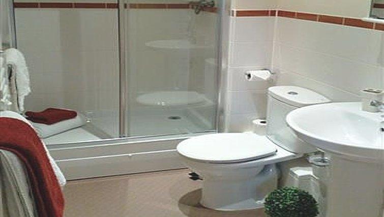 Plain bathroom in Warren Close Apartments - Citybase Apartments