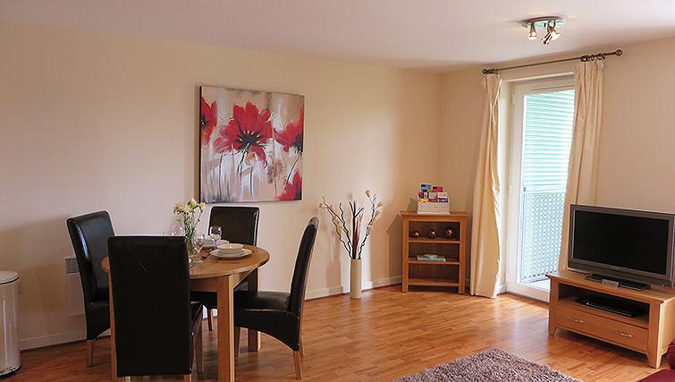 Spacious dining area at Warren Close Apartments - Citybase Apartments
