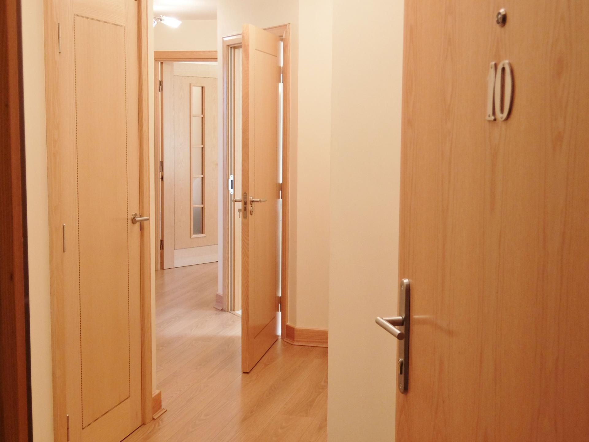 Hallway at Hampton Court Creek Road Apartments - Citybase Apartments