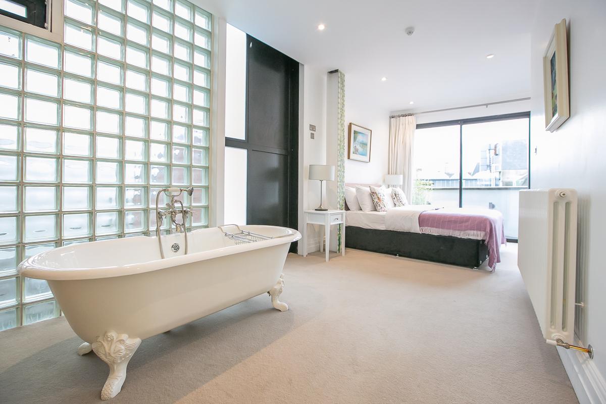 Bathtub at Trinity Gardens Apartment, Centre, Dublin - Citybase Apartments