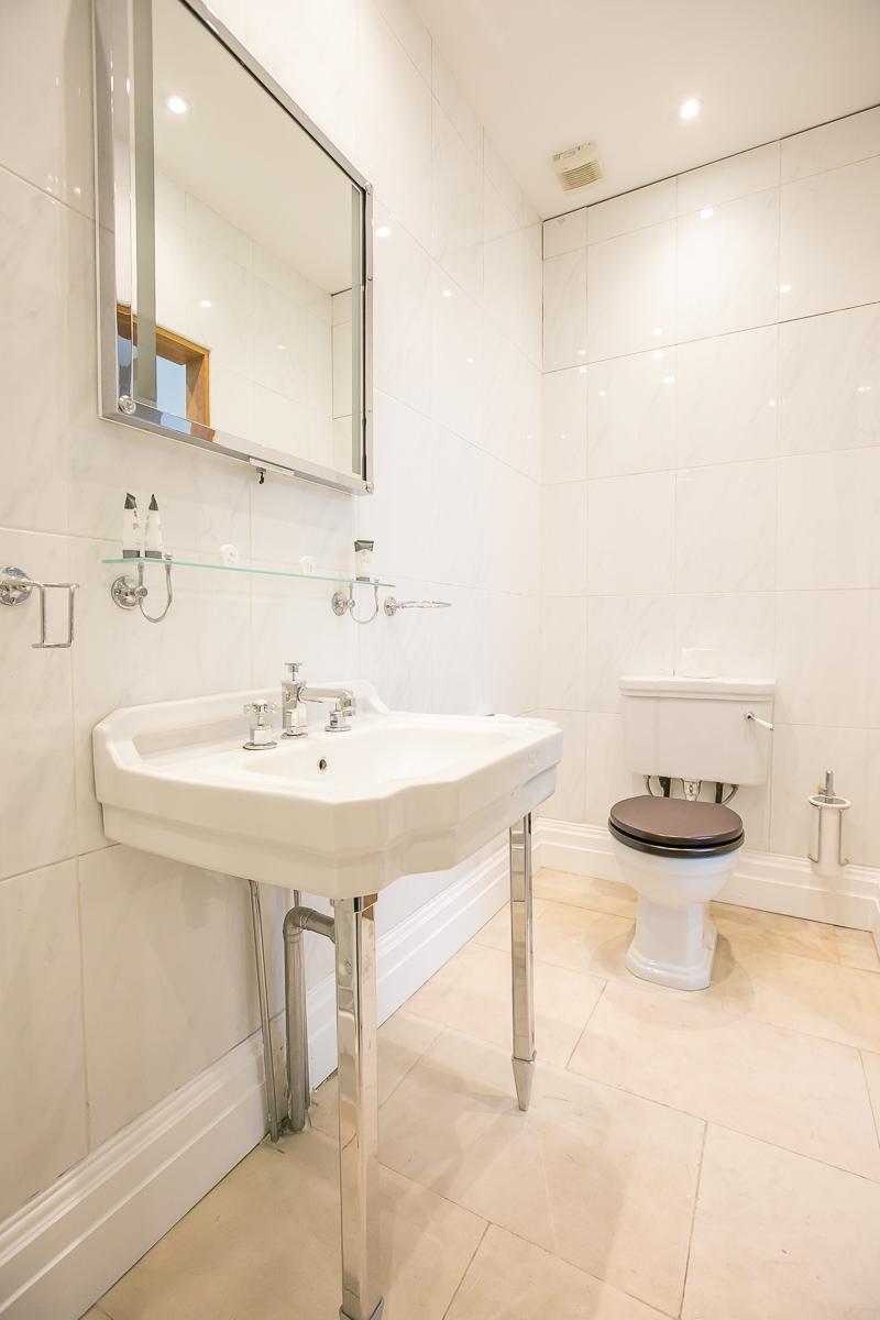 Toilet at Trinity Gardens Apartment, Centre, Dublin - Citybase Apartments