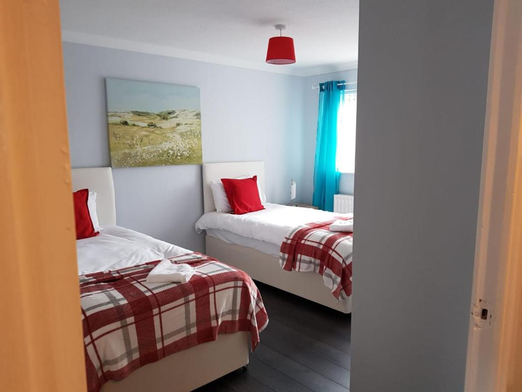 Twin beds at Penllech House, Top Valley, Nottingham - Citybase Apartments