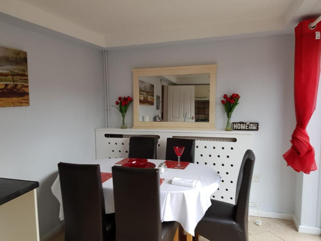 Dining area at Penllech House, Top Valley, Nottingham - Citybase Apartments
