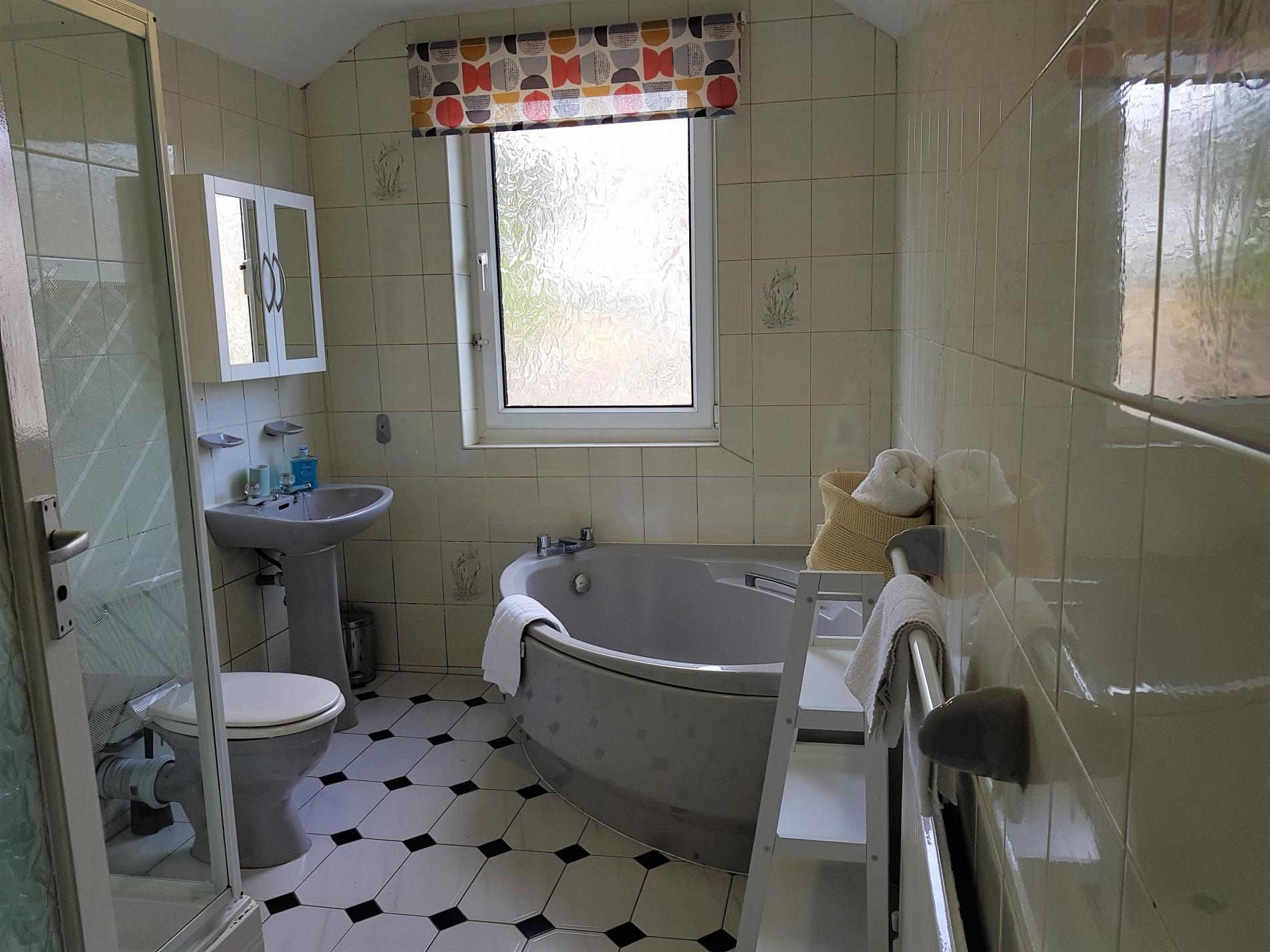 Bath at Garden City House, Carlton, Nottingham - Citybase Apartments