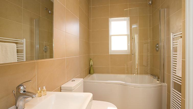 Contemporary bathroom in SACO Reading - Castle Crescent - Citybase Apartments