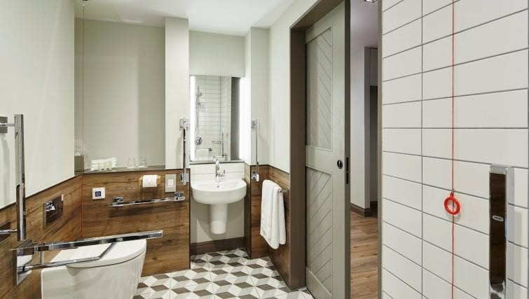 Spacious bathroom at Residence Inn London Bridge - Citybase Apartments