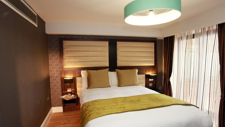 Cosy Bedroom in Best Western Maitrise Suites Hotel - Citybase Apartments
