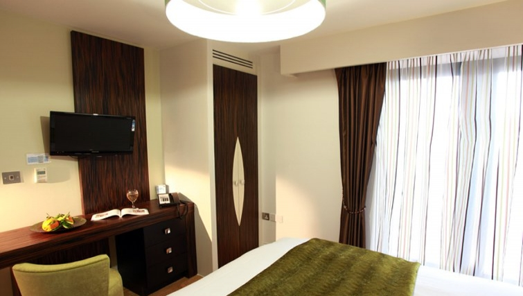 Stunning bedroom in Best Western Maitrise Suites Hotel - Citybase Apartments
