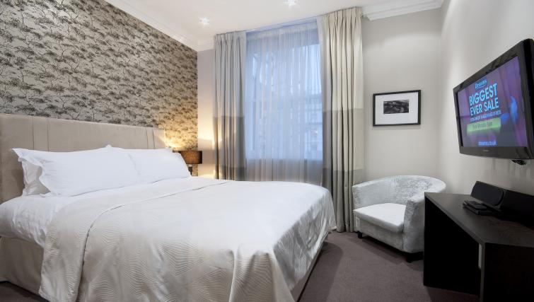 Double bed at 130 Queens Gate Apartments - Citybase Apartments