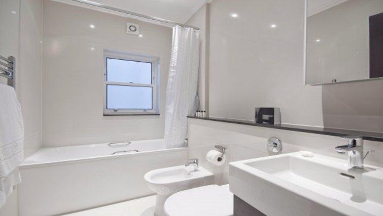 Exquisite bathroom in Brunel Crescent Apartments - Citybase Apartments