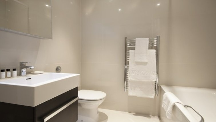 Modern bathroom in Brunel Crescent Apartments - Citybase Apartments
