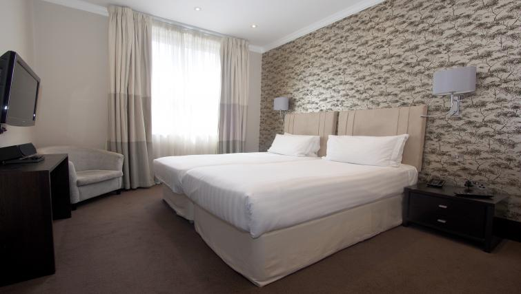 Deluxe bedroom at 130 Queens Gate Apartments - Citybase Apartments