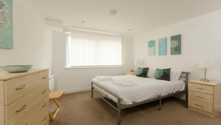 Fresh bedroom in Marsh House Apartments - Citybase Apartments