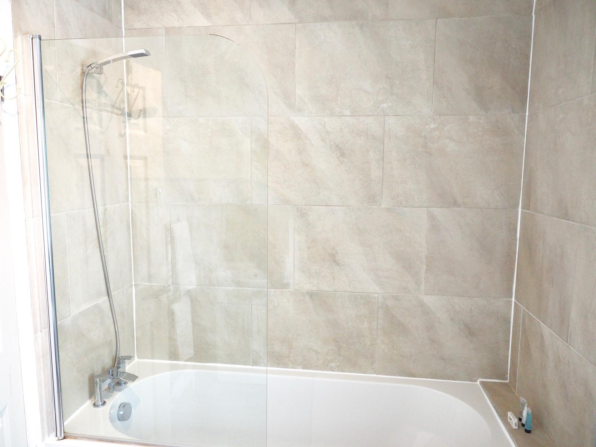 Bath at Exeter Suite Apartments, Headington, Oxford - Citybase Apartments