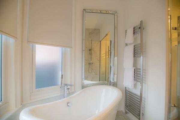 Bathtub at Winckley Square Hotel, Centre, Preston - Citybase Apartments