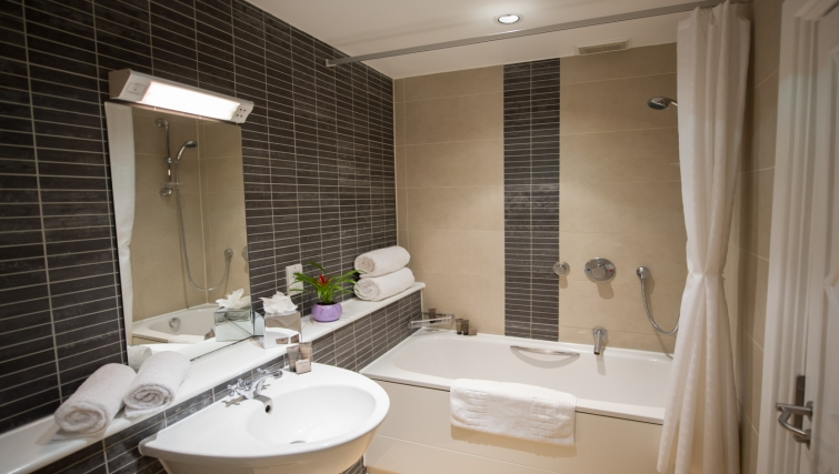 Modern bathroom at Dolphin House - Citybase Apartments