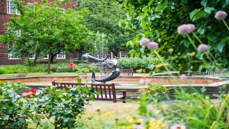 Picturesque garden at Dolphin House - Citybase Apartments