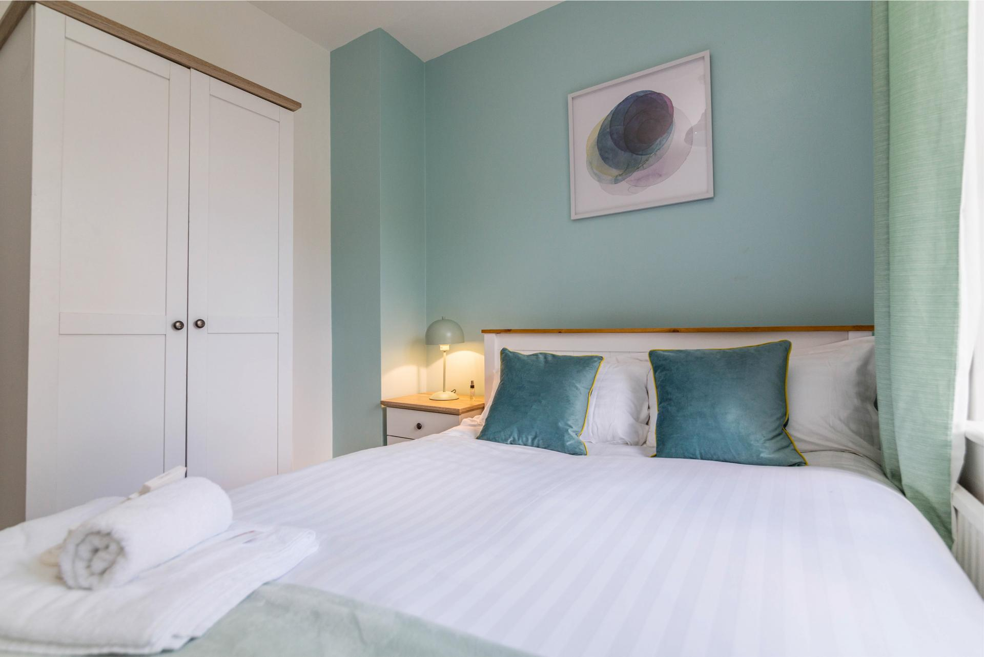Double bed at Mapperley House, Mapperley Park, Nottingham - Citybase Apartments