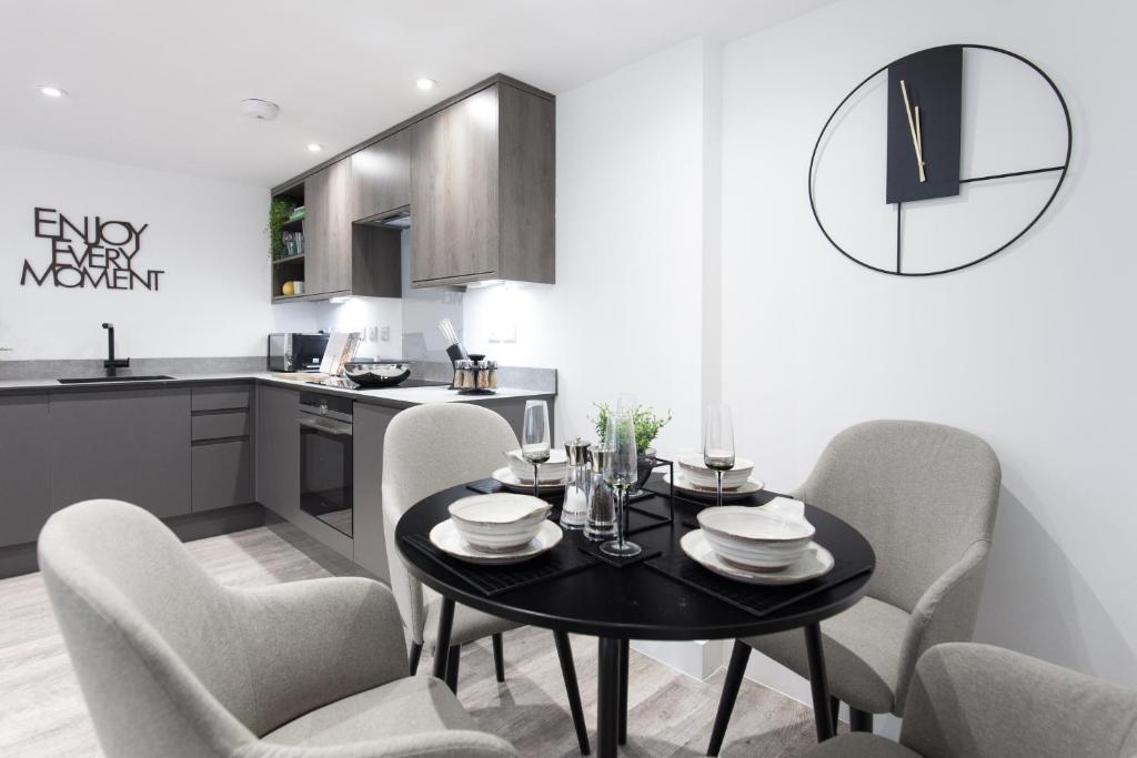 Kitchen diner at Montague Road Apartments, Edgbaston, Birmingham - Citybase Apartments