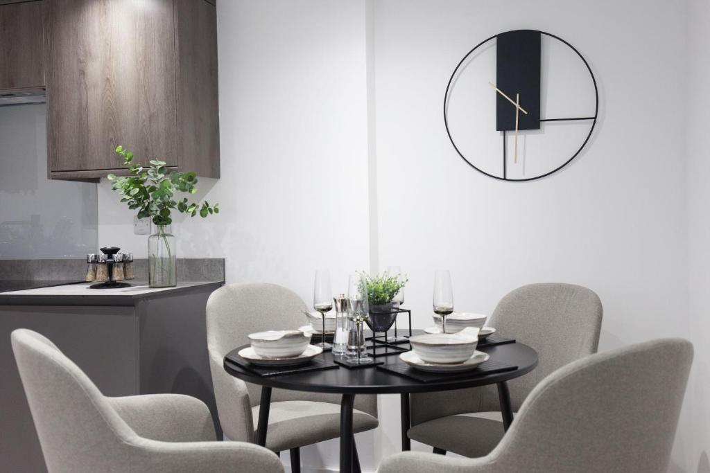 Dining area at Montague Road Apartments, Edgbaston, Birmingham - Citybase Apartments