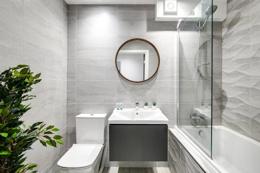 Shower at Montague Road Apartments, Edgbaston, Birmingham - Citybase Apartments